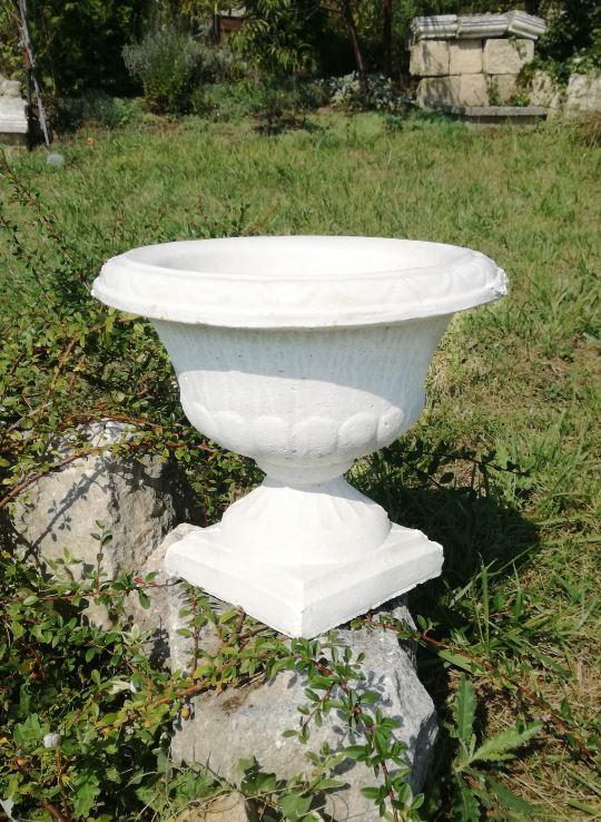 бетонова кашпа в бял цвят