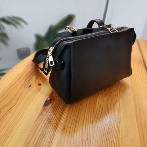 Малка дамска чанта с дълга презрамка в черен цвят с 3 прегради